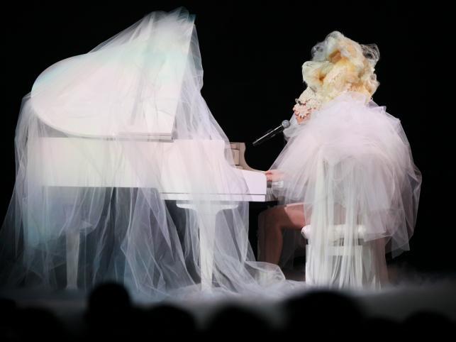 Niestrudzona w szokowaniu Lady Gaga na bis – tym razem podczas rozdania Brit Awards w Londynie (16 luty 2010)