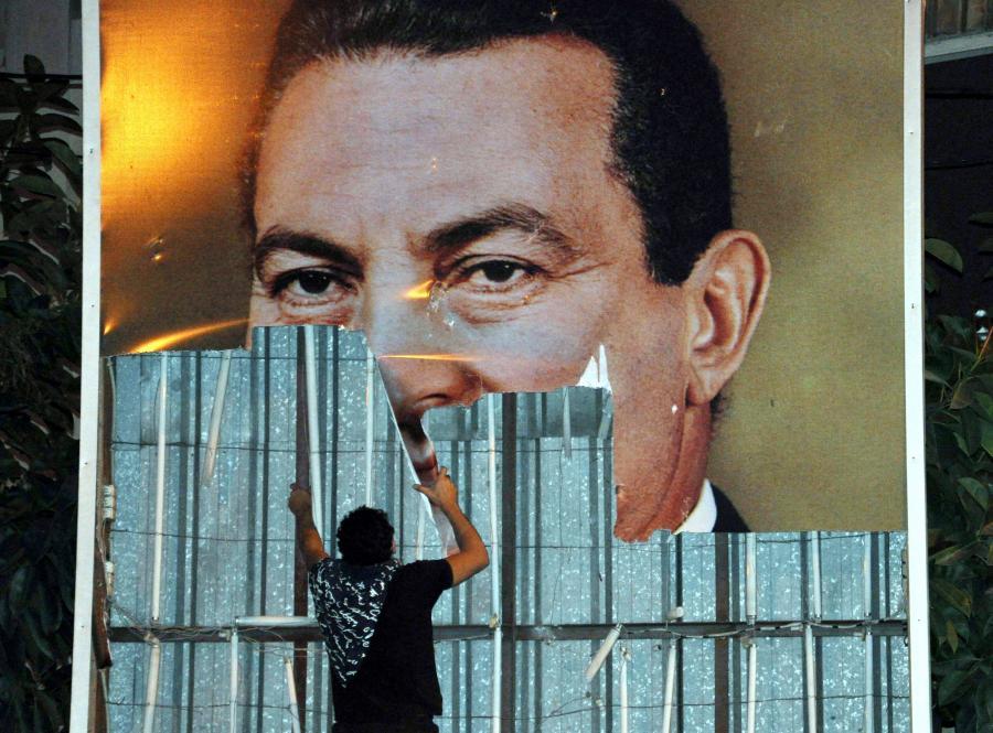 Prezydent Hosni Mubarak zaprzysiągł nowy rząd. Ale to jego głowy żąda egipska ulica