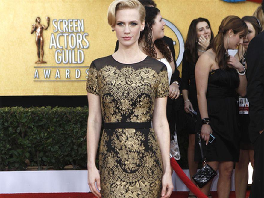 Fason i zdobienia sukni utrzymane są w starym stylu, co podkreśliła fryzura aktorki.