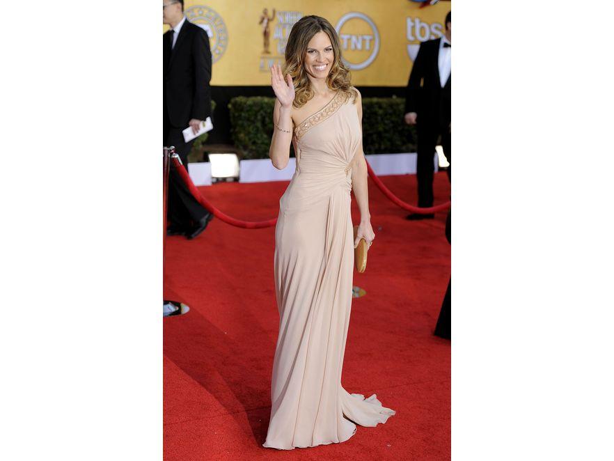 Hilary Swank postawiła na pewniaka: suknię Versace i buty Salvatore Ferragamo.