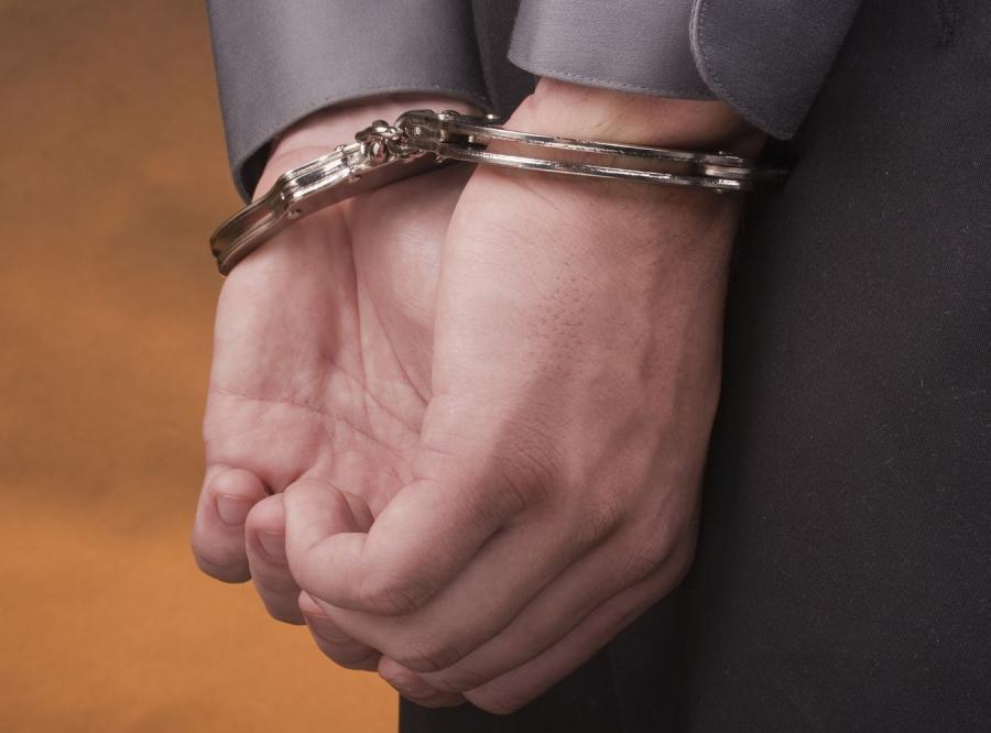 Dłonie w kajdankach