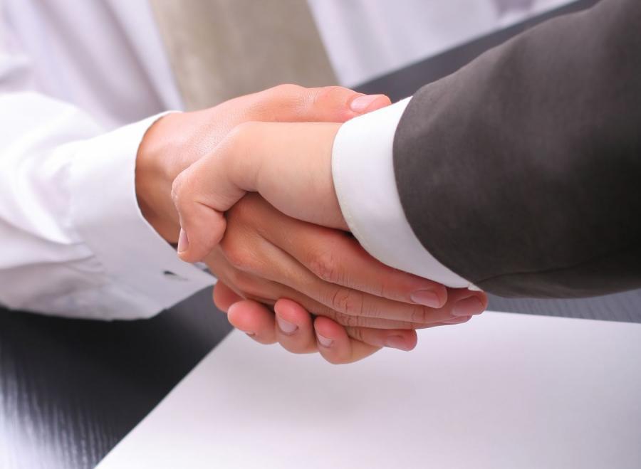 Uścisk dłoni - zdjęcie ilustracyjne