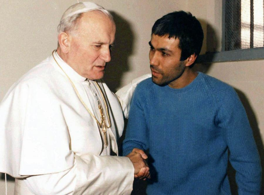 To agenci KGB i GRU polowali na papieża i Lecha Wałęsę - twierdzą autorzy książki