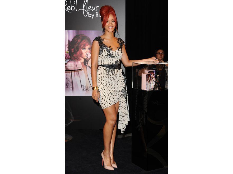 """Rihanna. Wokalistka zachwyca nie tylko urodą, ale również stylizacjami. Od tych """"z pazurem"""" do subtelnych i bardzo kobiecych. Miejsce szóste w rankingu."""
