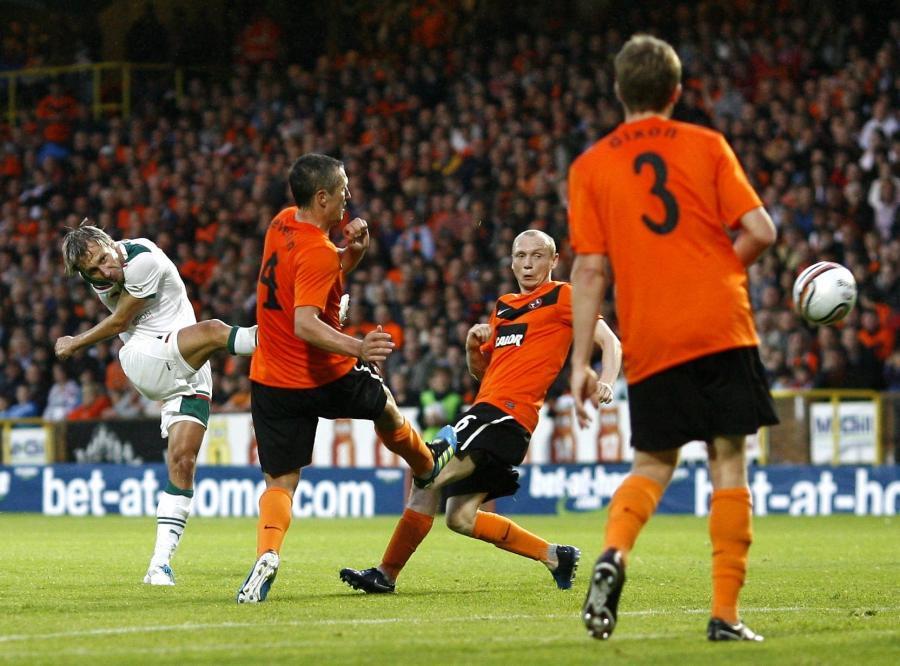 Sebastian Dudek strzela gola w meczu z Dundee