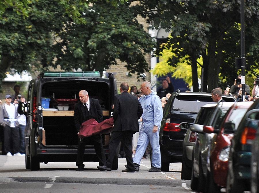 Ciało Amy Winehouse jest przenoszone z jej domu do ambulansu