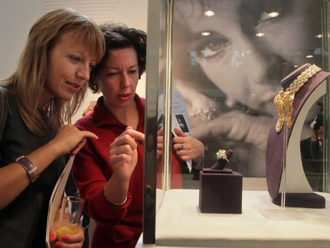 Zwiedzający oglądają biżuterię należącą Elizabeth Taylor