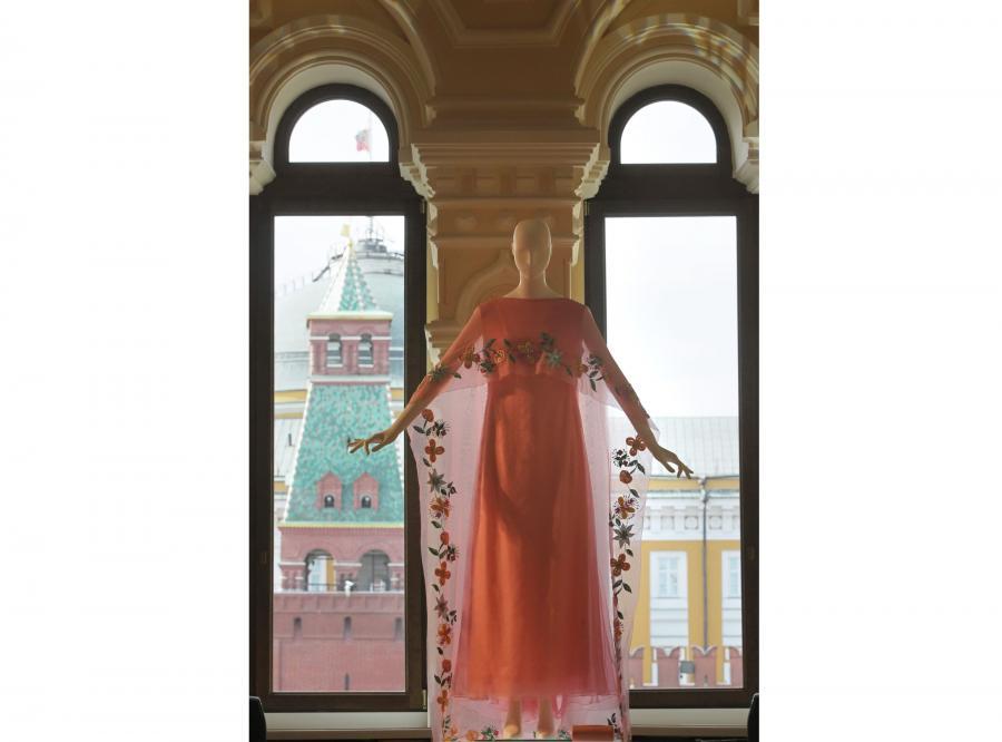 Jedna z sukni należących do gwiazdy i widok z okna na Kreml