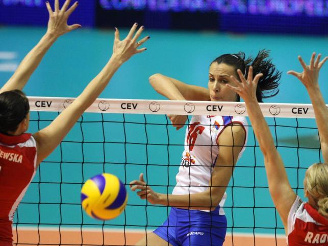 Milena Rasic przebija się przez blok Polek