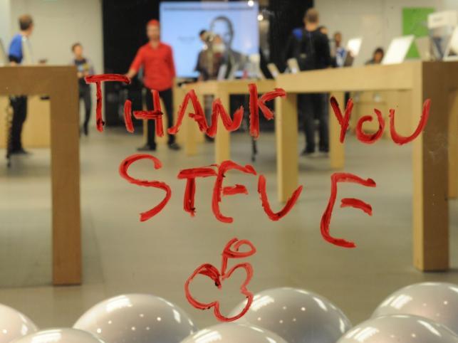 Fani płaczą po Steve Jobsie