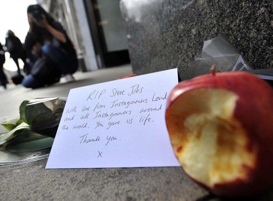 Kondolencje i nadgryzione jabłko przy Regent Street w Londynie