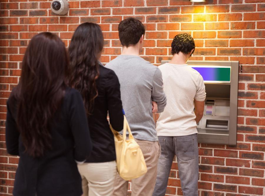 Kolejka do bankomatu - zdjęcie ilustracyjne