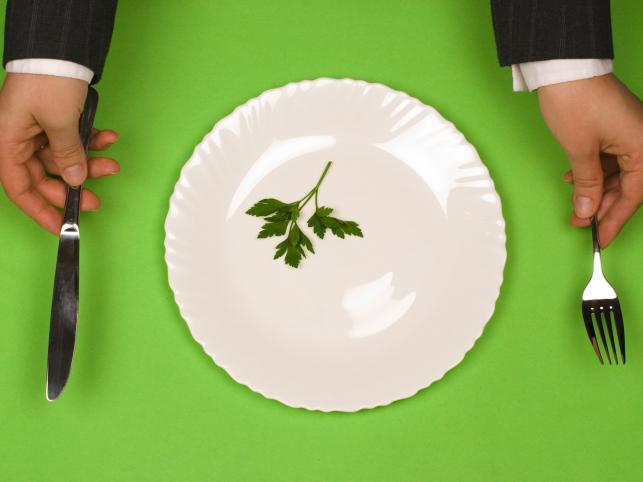 Po trzecie: jeśli to możliwe, postaraj się korzystać z talerzy o mniejszej pojemności...