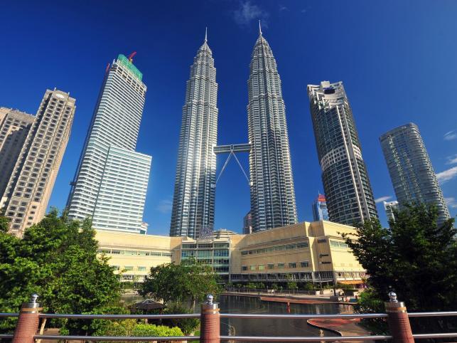 Petronas Tower w stolicy Malezji Kuala Lumpur - wysokość 452 metry, ukończony w 1998 roku
