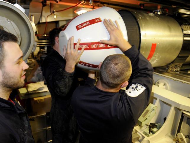 Marynarze HMS Astute przygotowują się do wystrzelenia pocisku Tomahawk
