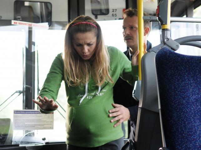"""Ostatni odcinek """"Prosto w serce"""": Konstancja jedzie na poród autobusem"""