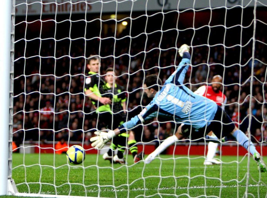 Thierry Henry strzela gola dla Arsenalu w meczu z Leeds