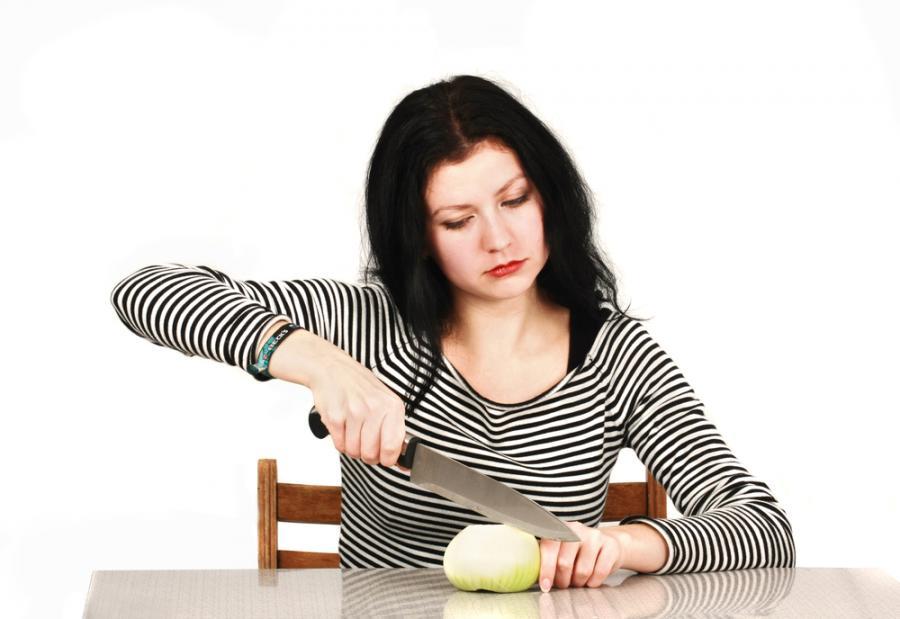 Kobieta krojąca cebulę