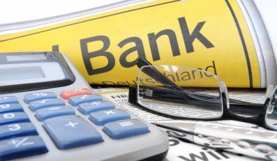 Kalkulator i gazeta z reklamą banku