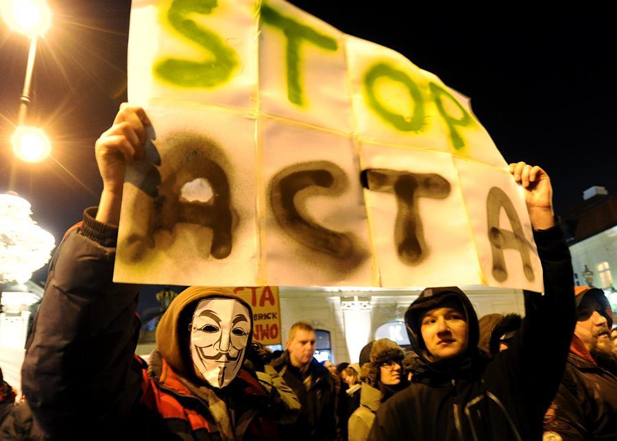 Protest przeciw umowie ACTA przed Pałacem Prezydenckim