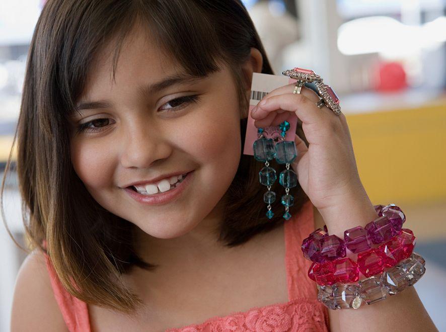 Dziewczynka z biżuterią
