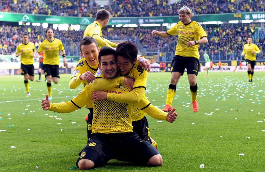 Piłkarze Borussii Dortmund cieszą się z bramki Ilkaya Gündogana w meczu z VfL Wolfsburg