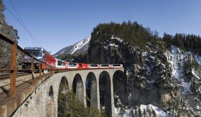 Ekspres Lodowcowy mknie wśród szczytów Alp