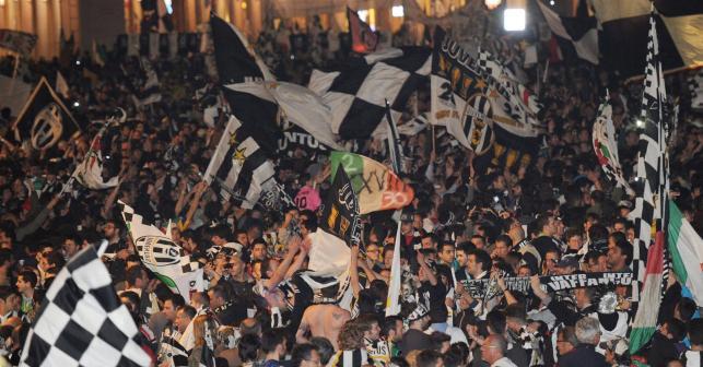 Kibice Juventusu świętują zdobycie mistrzostwa Włocha na Piazza San Carlo w Turynie