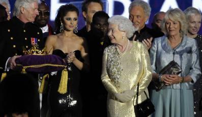 Cheryl Cole na stkaniu z królową Elżbietą II podczas jubileuszu monarchini