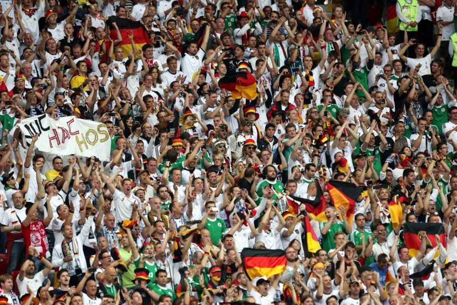 Kibice na trybunach w czasie meczu Niemcy-Włochy