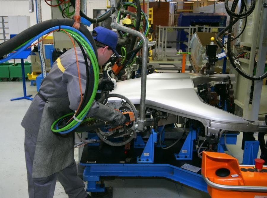 Mężczyzna pracujący przy produkcji samochodów