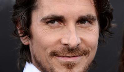 Christian Bale z wizytą u ofiar masakry