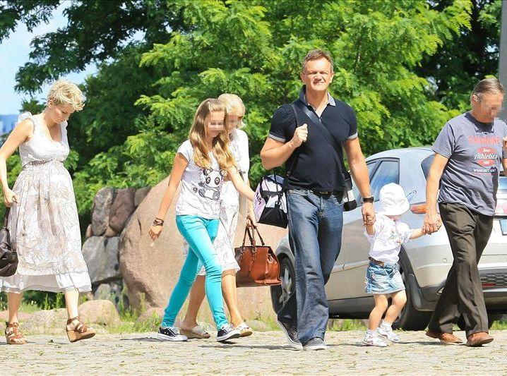 Cezary Pazura z rodziną na spacerze