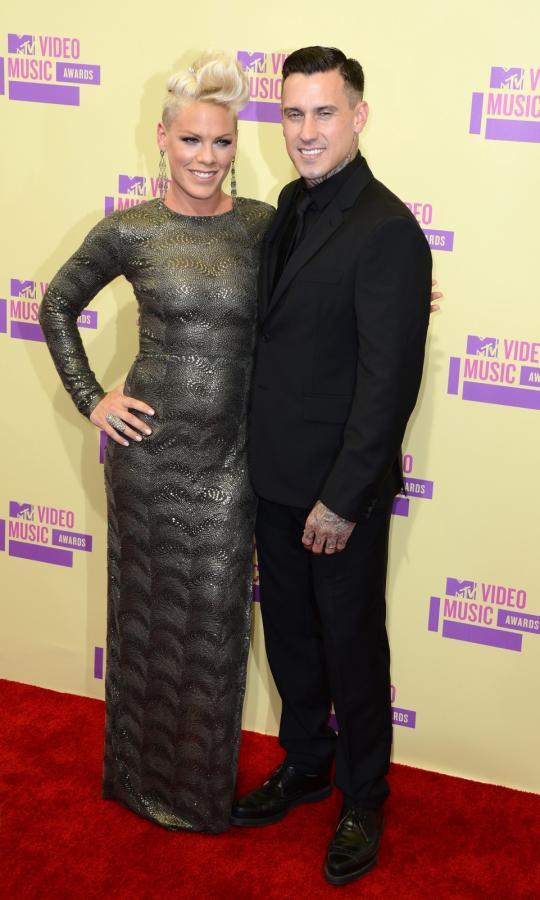 Pink z mężem Carey'em Hartem na MTV Video Music Awards 2012
