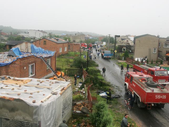 Przedmieście Radomska.Straż Pożarna pomaga mieszkańcom w zabezpieczaniu dachów