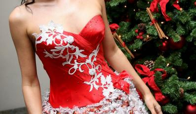 Nadworna projektantka brytyjskiej rodziny królewskiej Lindka Cierach wymyśliła świąteczną sukienkę z czekoladowych pralinek