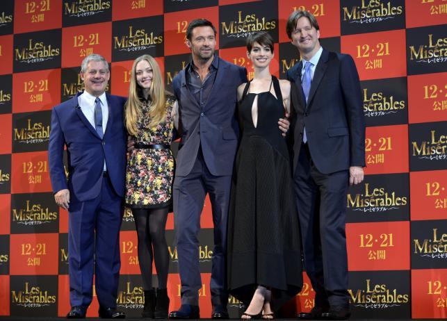 "Producent Cameron Mackintosh, Amanda Seyfried, Hugh Jackman, Anne Hathaway i reżyser Tom Hooper na premierze ""Les Misérables"" w Tokio"