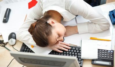 Młoda kobieta śpi na klawiaturze