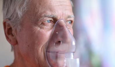 Mężczyzna z inhalatorem