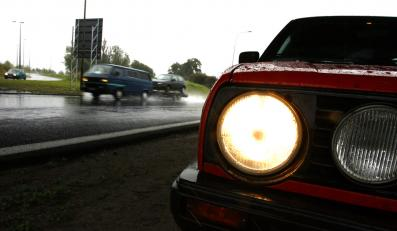 Polacy chcą jeździć na światłach przez cały rok