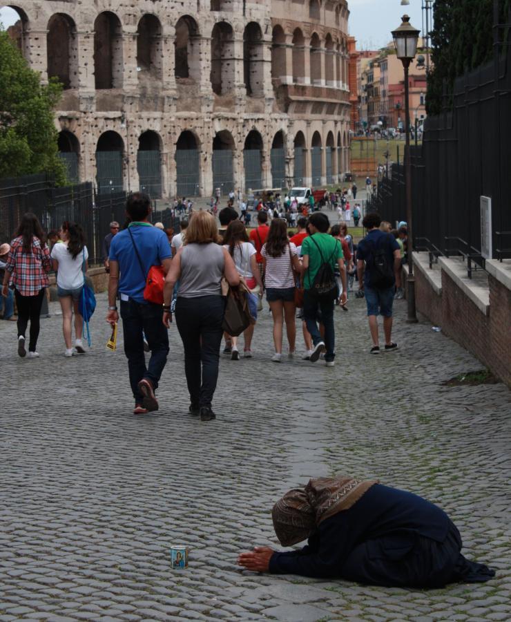 Żebraczka pod Koloseum w Rzymie