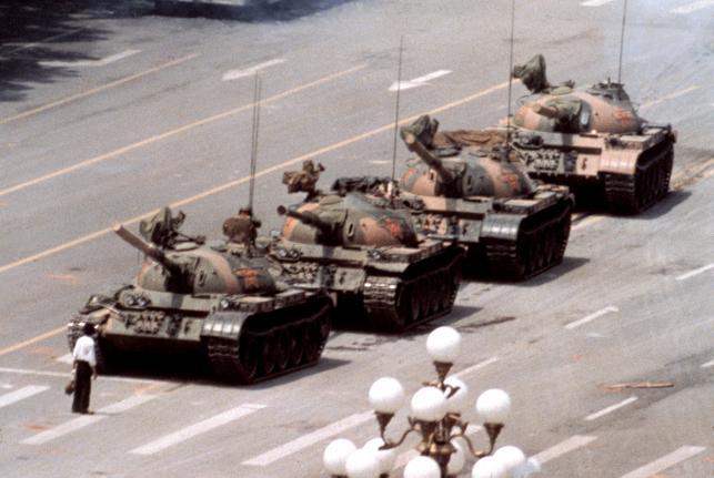 Słynne zdjęcie-symbol, człowiek zatrzymujący kolumnę czołgów wracających z placu Tiananmen