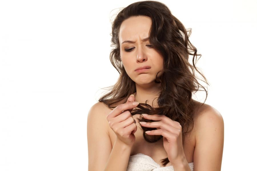 Kobieta ze zniszczonymi włosami