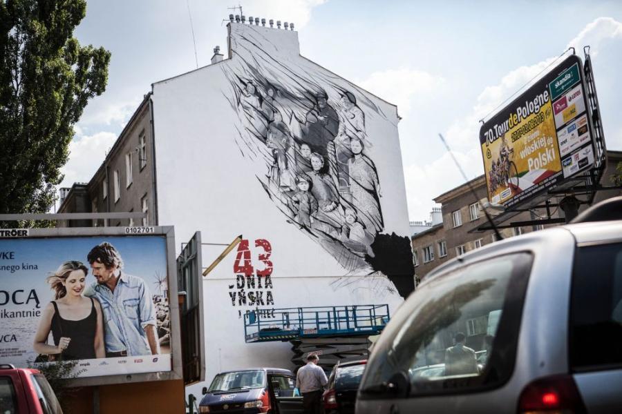 Twórca muralu Mikołaj Ostaszewski wykorzystał autentyczne zdjęcia mieszkańców Wołynia
