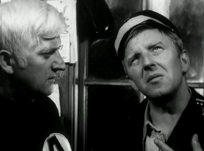 """Józef Nowak jako As i Jerzy Turek jako dróżnik w """"Hydrozagadce"""" (1970)"""