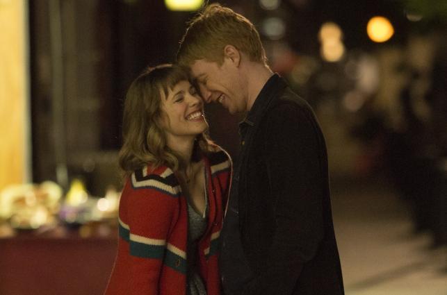 """Rachel McAdams i Domhnall Gleeson w filmie """"Czas na miłość"""""""