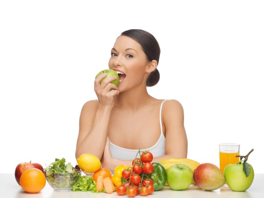 Kobieta jedząca owoce
