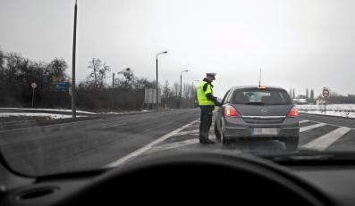 Policja kontroluje kierowcę