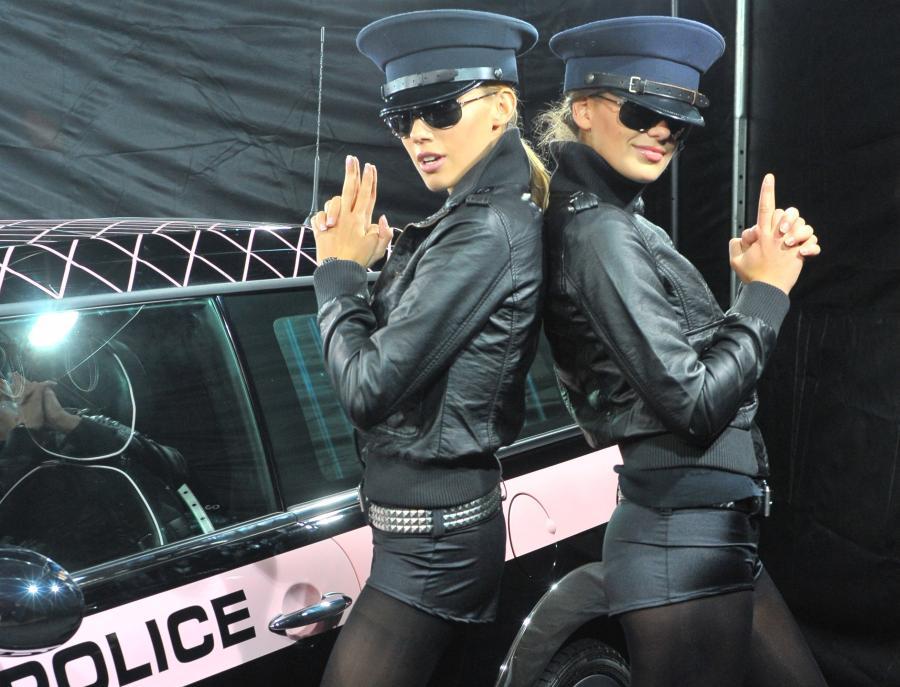 Miniak i seksowne policjantki