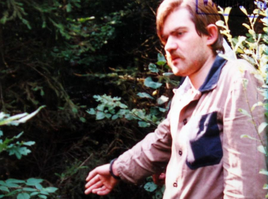 Mariusz Trynkiewicz w czasie wizji lokalnej na miejscu zbrodni. Zdjęcie z akt śledztwa